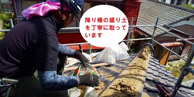 ひたちなか市で台風被害を受けた降り棟取り直しで降り棟の解体作業をおこなっています