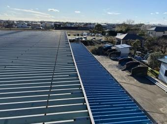 大屋根は既存の屋根材で庇は今回新たに葺き替えた折板屋根