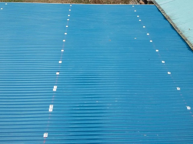 青色のガルバリウム波板で施工した、鉾田市の作業小屋屋根