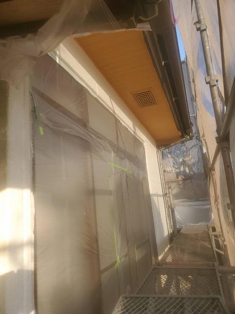 塗装された軒天と仕上げ時に塗装する換気口