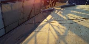 小美玉市のS様邸での軒先からの防水シート施工
