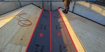 谷部のラーチ合板に二重に防水シートを貼る為に1枚目を施工
