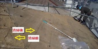 新しい野地板を施工する前に屋根面を綺麗に清掃する職人