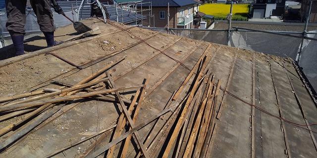 小美玉市の屋根葺き替え現場での瓦桟解体風景
