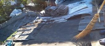 葺き替えの為に既存のセメント瓦を撤去して屋根を清掃