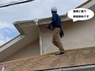 ひたちなか市で台風被害にあったコロ二アル屋根に登る調査スタッフ