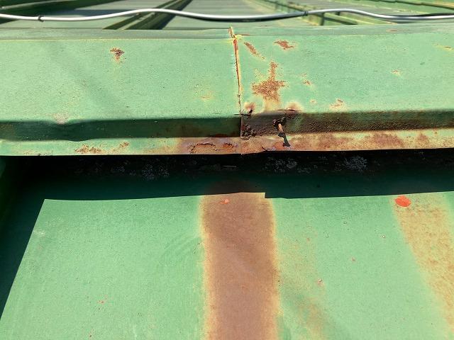 台風被害を受けた金属屋根の棟板金部