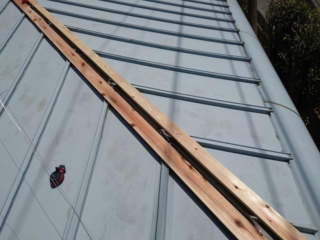 降り棟に新しい防腐処理した貫板を施工