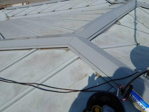 棟板金の交換が完了した結城市のグレーの金属屋根