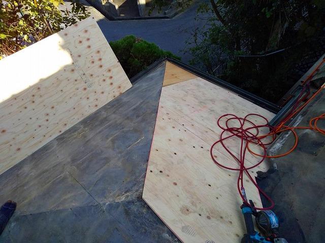 屋根下地の傷みがあるのでラーチ合板を増し貼り