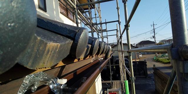 八千代町で太陽に照らされる軒樋