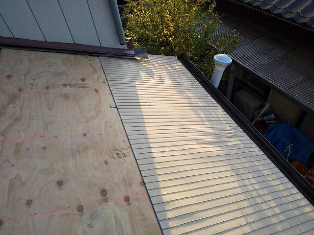 構造用合板の上に縦じまのLEVO2ルーフィングを施工