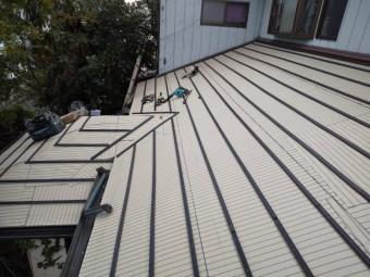 屋根の形状に合わせ取付けられた瓦桟