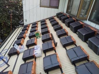 葺き替えに使用する防災瓦を並べて配置する