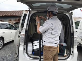 ビーロッド製の高所棒にカメラを取り付けるスタッフ