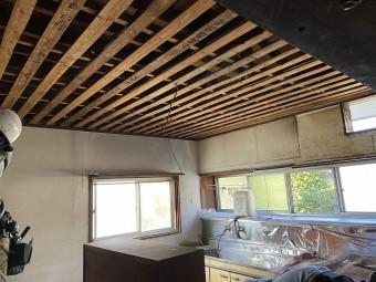 石膏ボードを解体し終わった天井