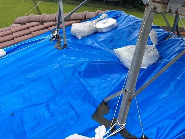 太陽熱温水器の下に施したブルーシート養生