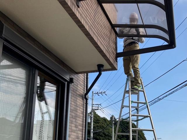 端のテラス屋根から撤去していきます