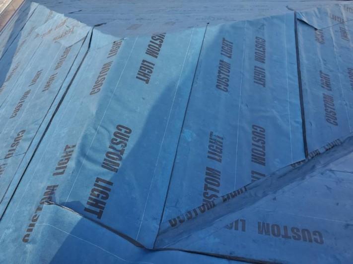 カバー工法を行う為の防水シート施工が完了した筑西市の現場屋根