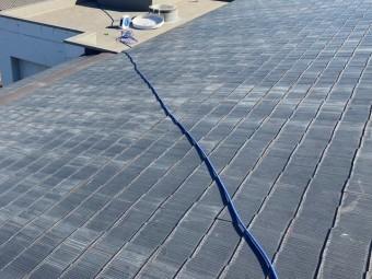 大きなスレート屋根に散水用のホースを這わせる