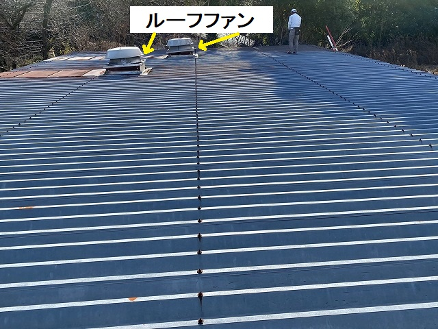ルーフファンが二基ついた、工場の大きな折板屋根