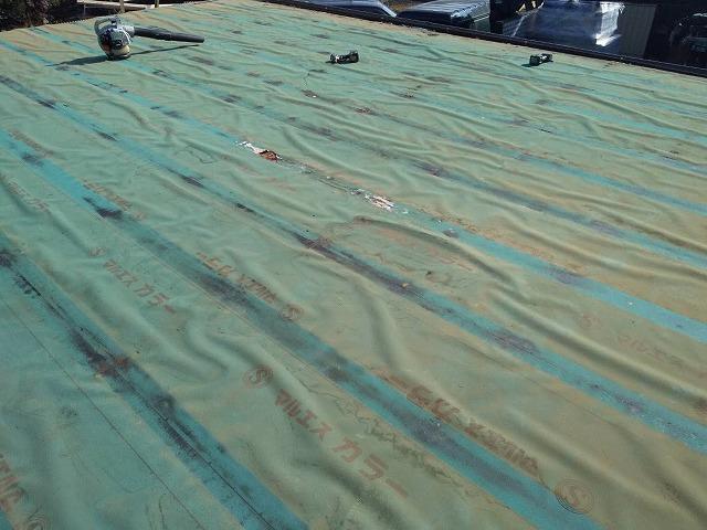既存の屋根材を捲ると、防水シートに広範囲の雨漏り痕が確認できる
