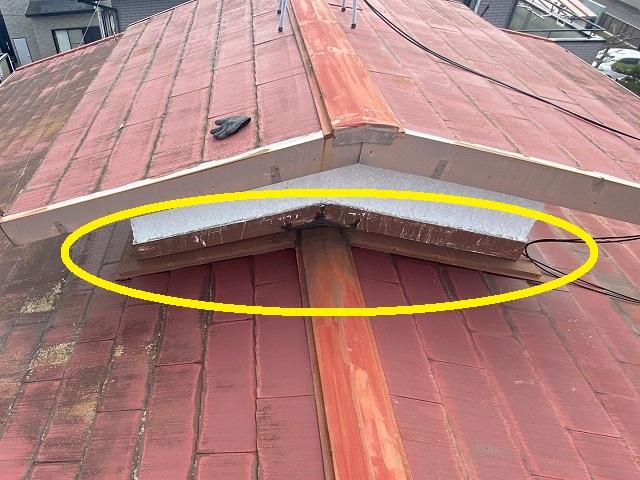 屋根の上に小さな屋根があるのが腰屋根