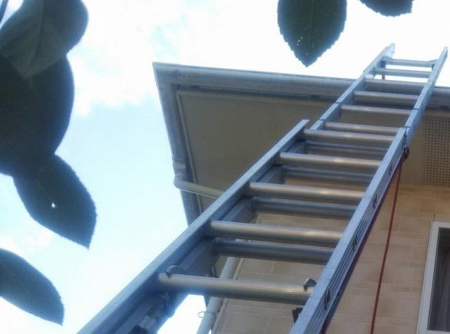 二連梯子を二階の軒先にかける