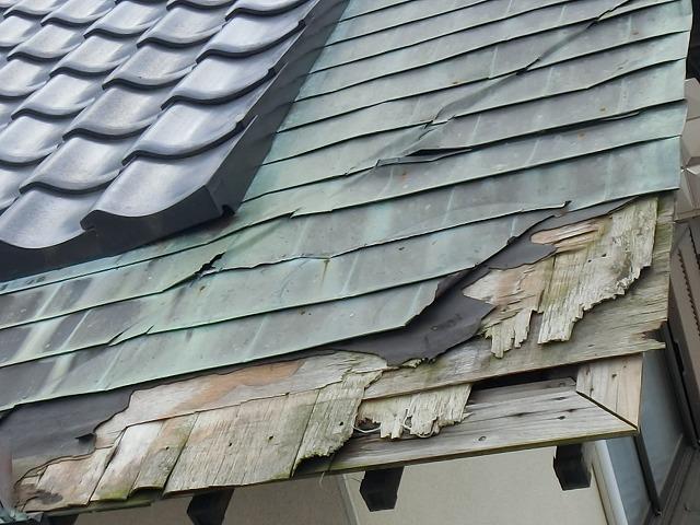 腰葺き屋根銅葺き部分の損傷