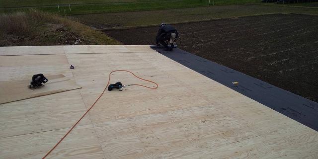 既存の屋根材を撤去し新しく下地を施工している最中