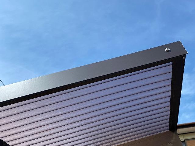 カーポートフレームに、加工したガルバリウム鋼板を施工