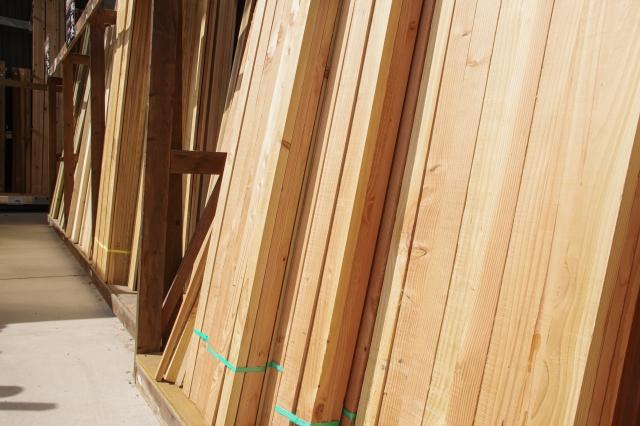 立てかけられた沢山の木材