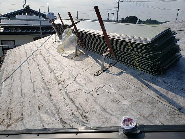 2階の屋根に重ね葺きする屋根材を荷揚げし固定