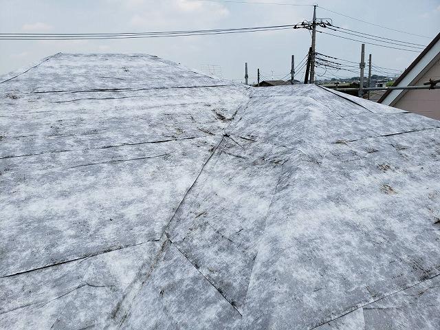 雪山のように見える防水シートを貼り終えた結城市内の屋根