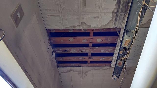 石膏系の天井材に残る雨漏り跡