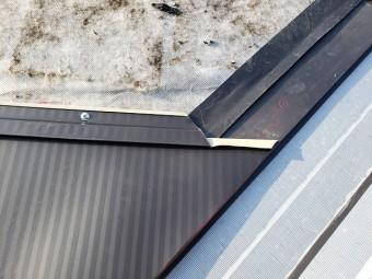 谷板金と定尺金属横葺き材を加工連結