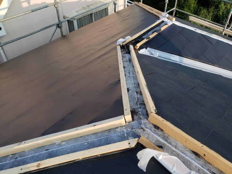 カバー工法を行う際の複合屋根への棟下地の様子