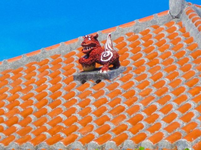 琉球赤瓦の上にいるシーサー