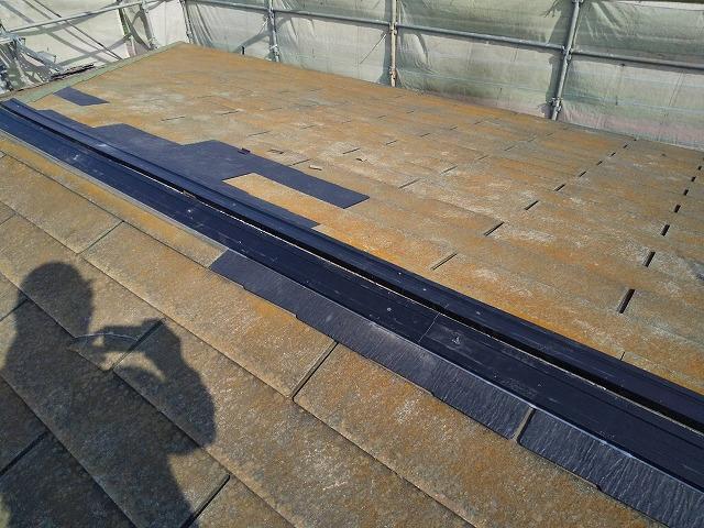 棟の下地である貫板を樹脂製貫板に変更した様子