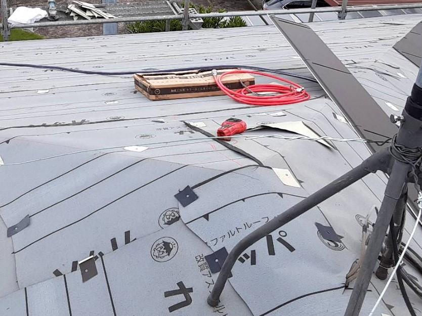 屋根材が貼られた軒先寄せ棟屋根