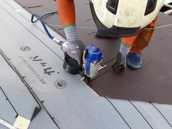 屋根材をN釘で留めていきます