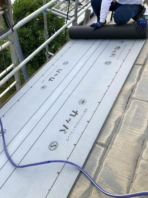 屋根カバー工事は既存スレート屋根に防水シート貼り