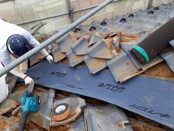 新しい谷板金の下には防水シートを敷く