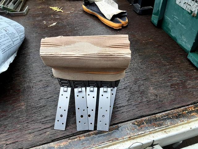 ガイドライン工法で使用する五本づつ束ねられた強化棟金具