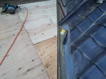 谷板金との緩衝部に構造用合板下地を加工して設置