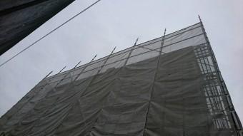 水戸市の3階建て住宅に飛散防止ネットをかける