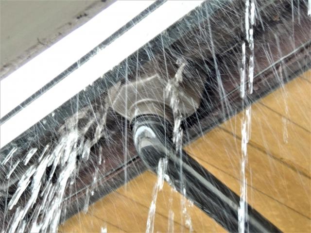 雨樋が破損し雨漏りしている軒樋