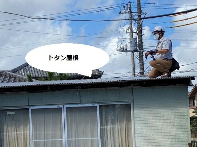ひたちなか市のトタン屋根に登り調査を行うスタッフ