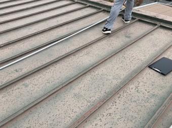 瓦棒ぶき屋根をスケールで計測する職人