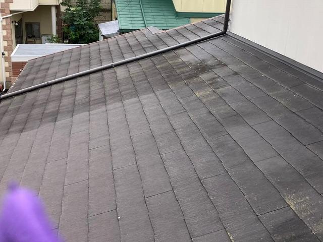 化粧スレートの大きな差し掛け屋根